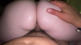 Podwija jej spódniczkę i zasadza w cipkę czarnego penisa