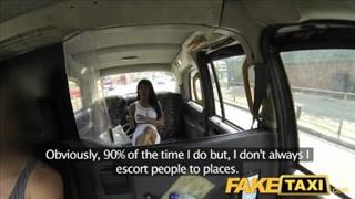 Trysnął na gładką piczkę mulatki w taksówce