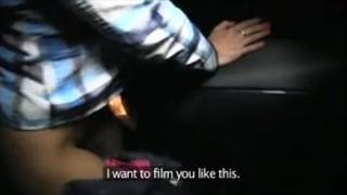 Masuje jego kutasa podczas jazdy