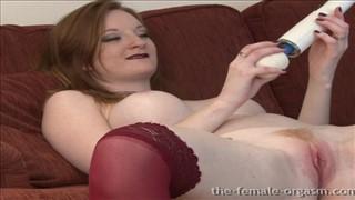 Naturalnie ruda laska sprawia sobie przyjemność seks zabawką