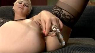 Bawi się analnymi seks zabawkami