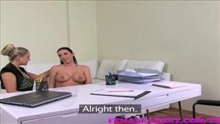 Lesba rozkłada swe nogi na kastingu