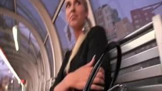 Poderwana blondi klęczy w krzakach i ssie fiuta