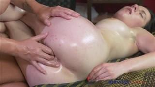 Bosko masuje jej znakomite ciałko
